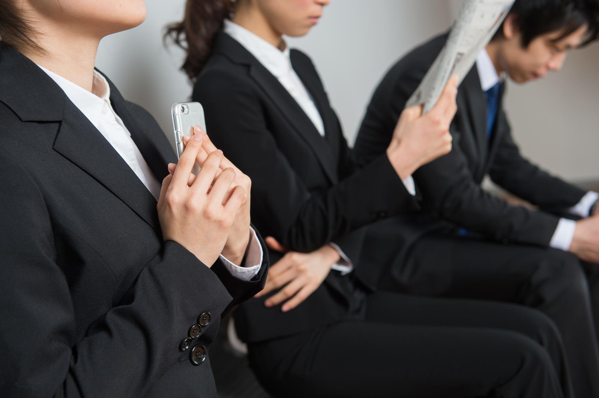 審査を控える女性たち