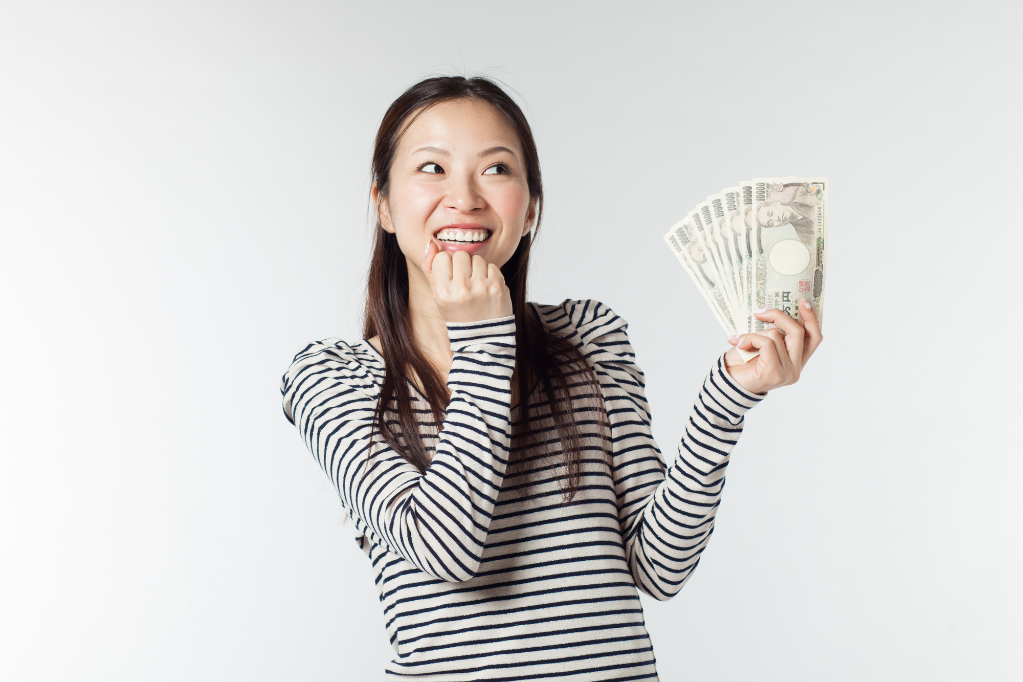 お金を持って笑っている女性