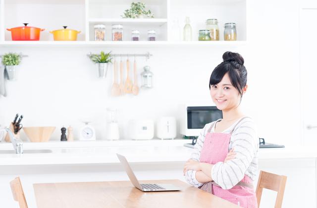 パソコンを操作する専業主婦
