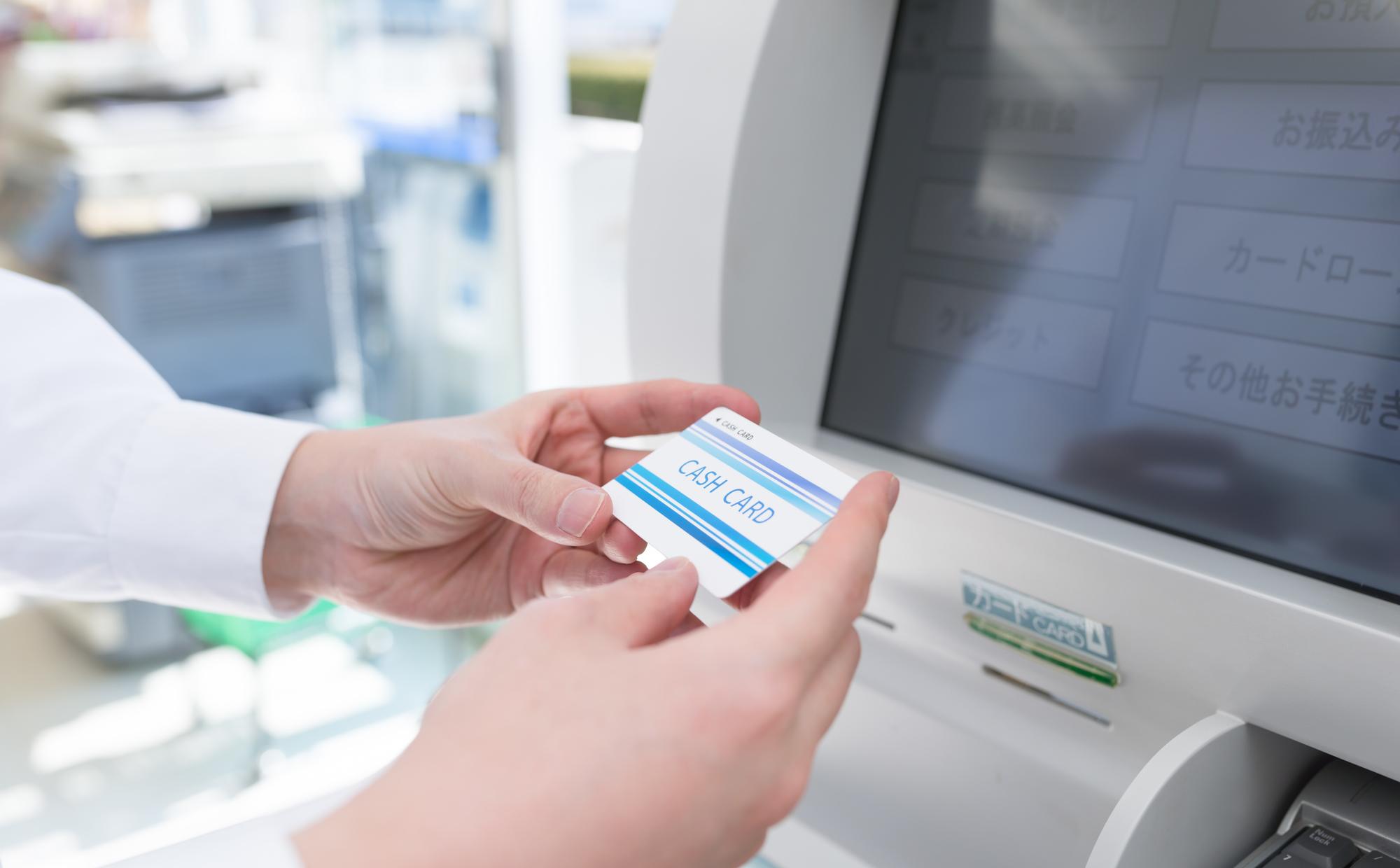 ATMを操作する男性の写真