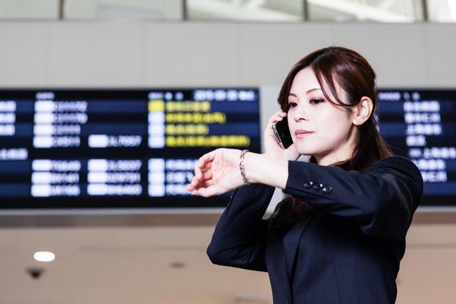 飛行機が遅延して困っている女性