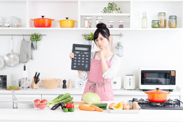 食費の計算をする女性
