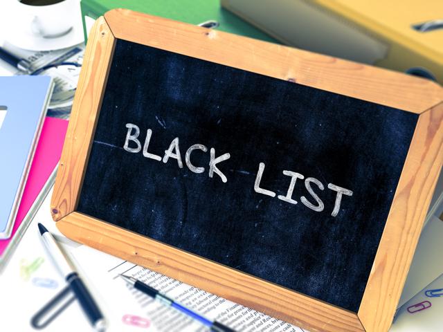 ブラックリストと書かれた黒板